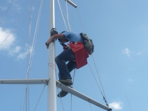 Marc remachando el foco de cubierta.